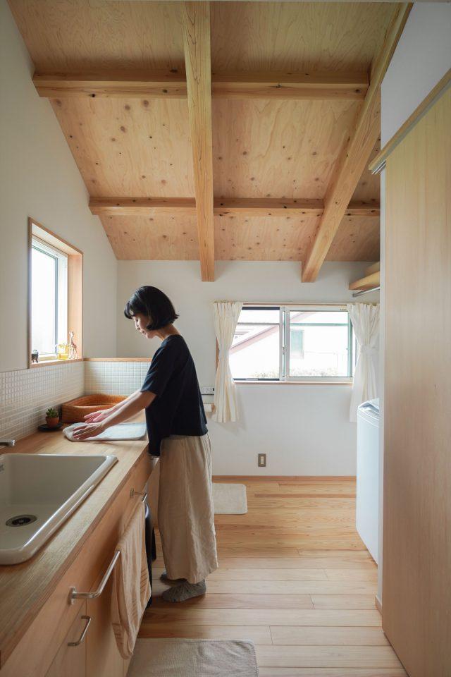 明るく風通しのいい洗面脱衣室とトイレ。軒下のスペースに梅の木を眺めながら洗濯物を干すのが奥様のお気に入り。