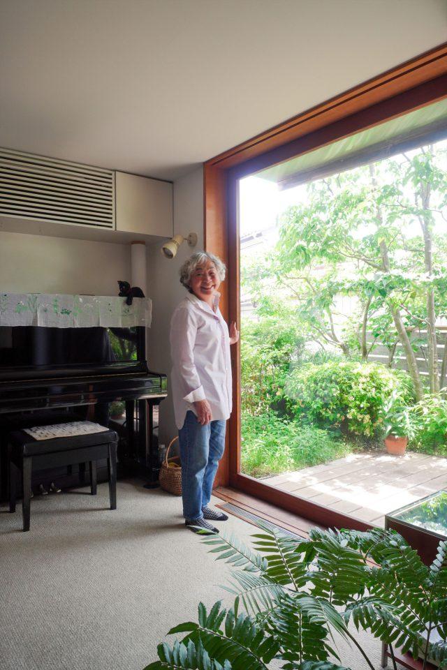 窓辺に佇む佑子さん。窓を開けると心地よい風が抜けます。