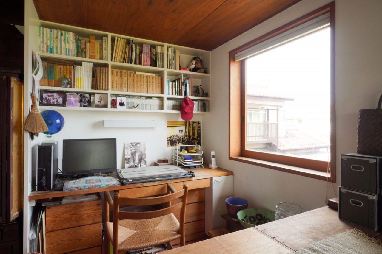 寝室の一角が昌民さんの書斎。