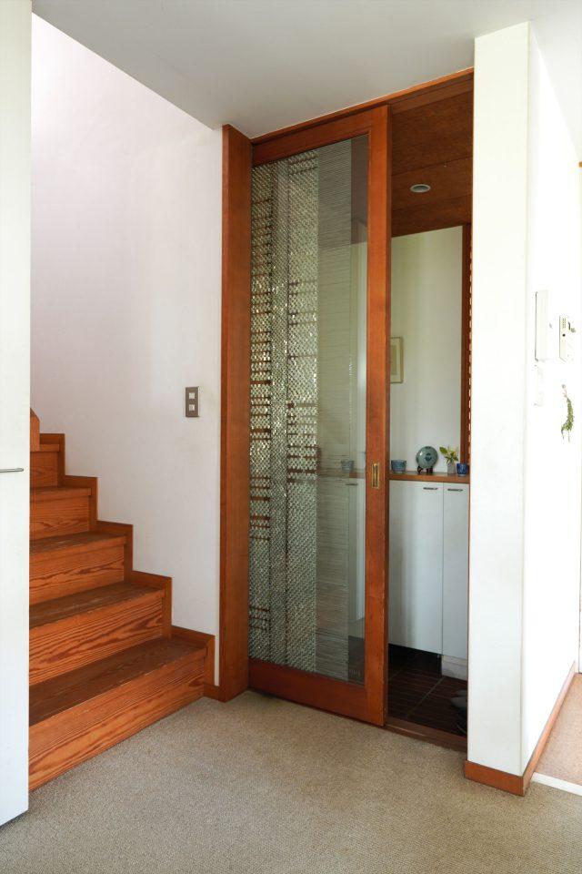 玄関とLDKとを仕切るガラス戸。娘さんと一緒に模様を貼った力作です。