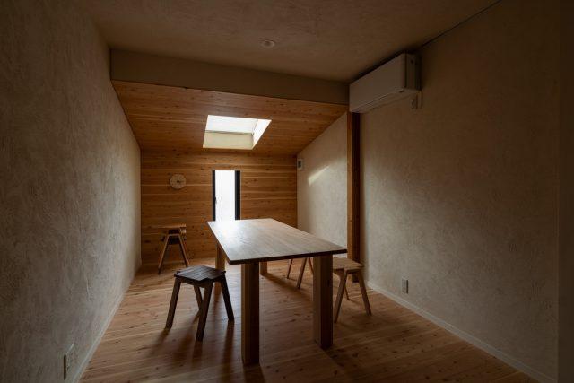木の間   傾斜天井のある、木に包まれている空間