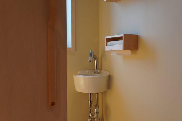 個室内に備え付けられた小さな手洗い場
