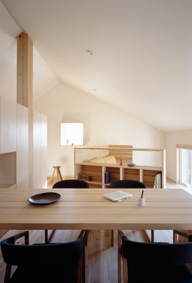 3階建木造ドミノのインフィルと家具のデザイン・設計を小泉誠さんが手がけている