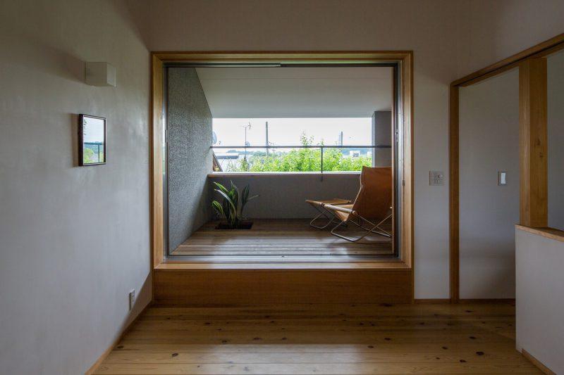 市中山居(しちゅうさんきょ): 庭の木々の緑の向こうに富士山も眺められるデッキスペース