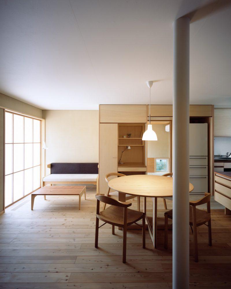 i-worksの1階の内部空間。天井高を2150mmに抑え、開口部の計画を丁寧に行うことで居心地の良さと空間の広がりを感られる。