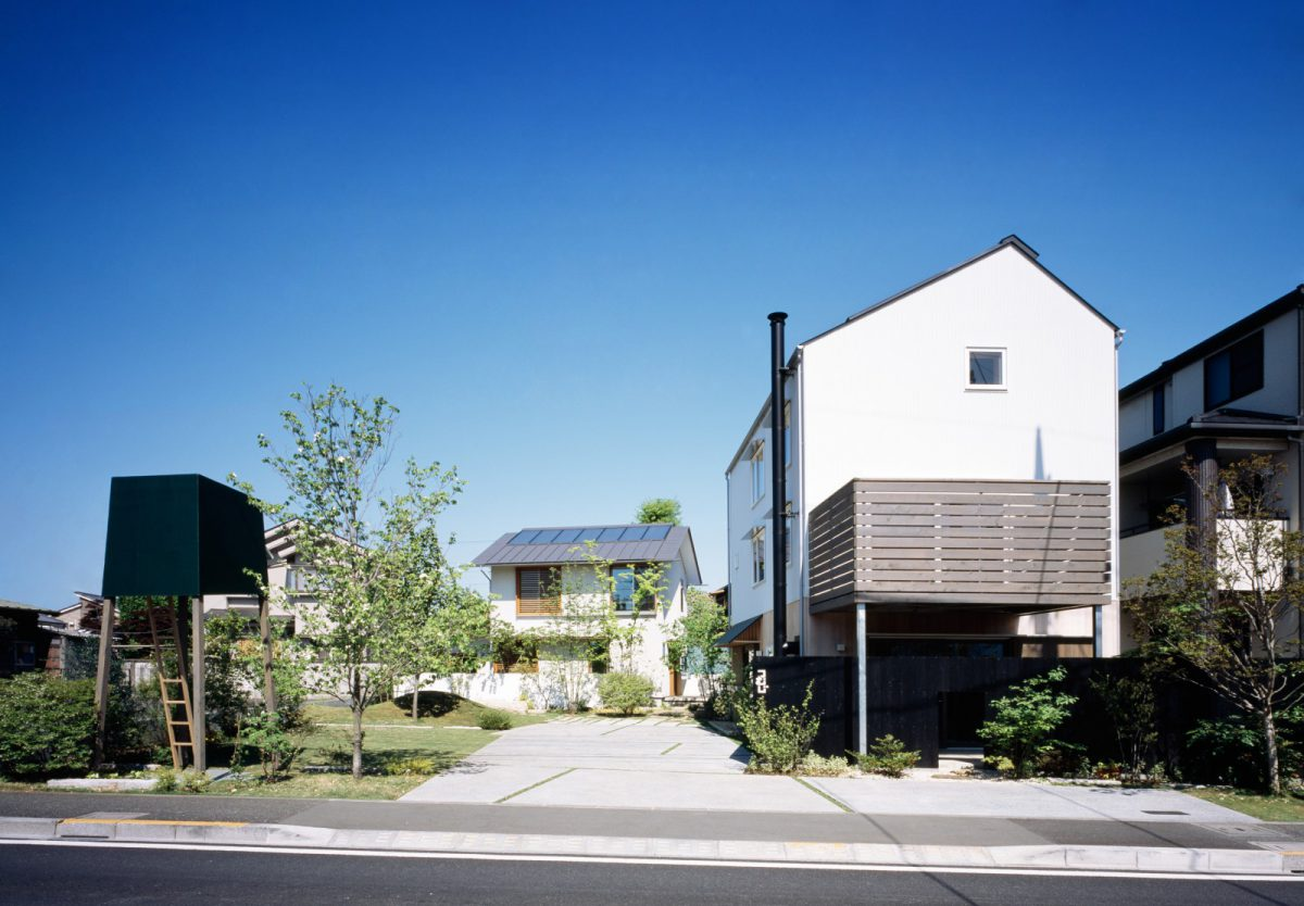 つむじモデルハウス 建築家の伊礼智さん設計「i-works」、家具デザイナーの小泉誠さん設計「舎庫」「3階建木造ドミノ」「巣箱」、造園家の小林賢二さんによる庭づくり