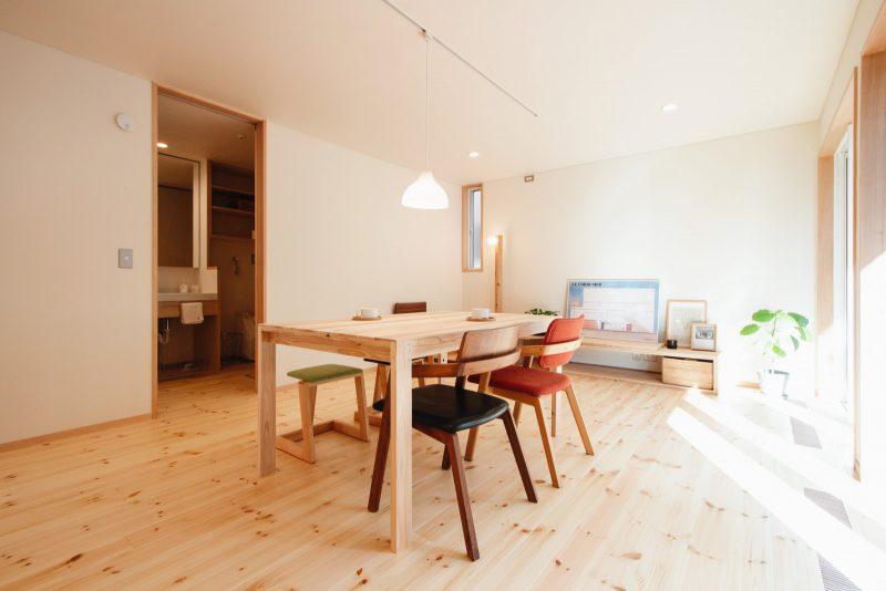 床はパイン材、壁は和紙仕上げ。