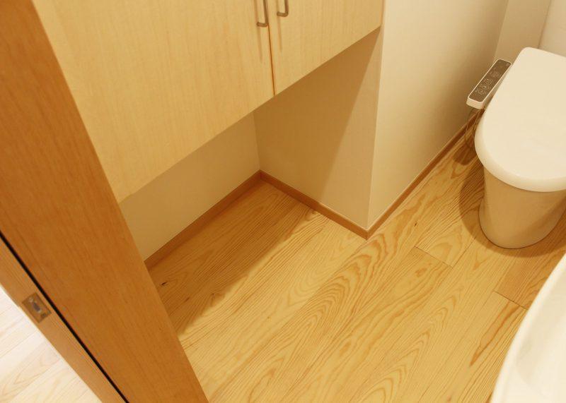 トイレ収納の下は猫のトイレを設置できるようにあけています。