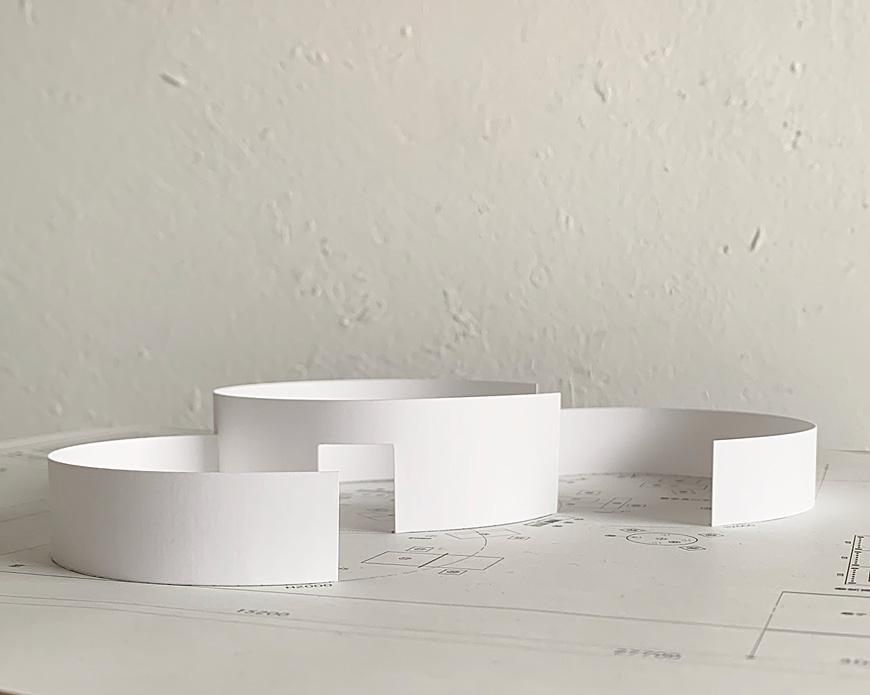 展覧会場の模型イメージ。白いダンボールを積み上げて生まれるわざわ座の展示ブース、今年は3つのアーチ型の白い壁が立ち上がります。