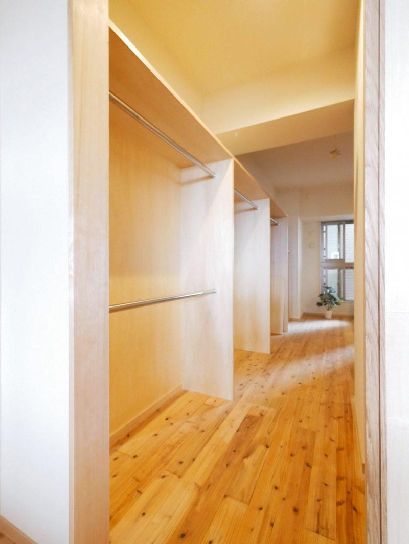 手狭だった空間を広げて生まれ変わった玄関スペース。大きな収納量のウォークインクローゼット。