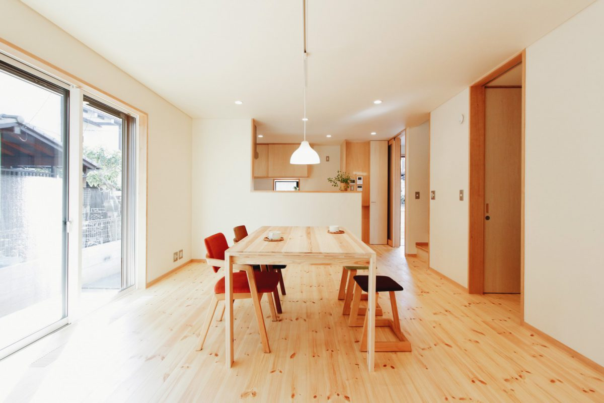 開口部からの日射を取り入れ、OMソーラーの暖房もきいてあたたかな室内。