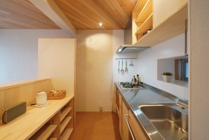 キッチンの収納も細部までこだわった。カウンター高さを工夫して家電がダイニングからちょうど隠れるように計画