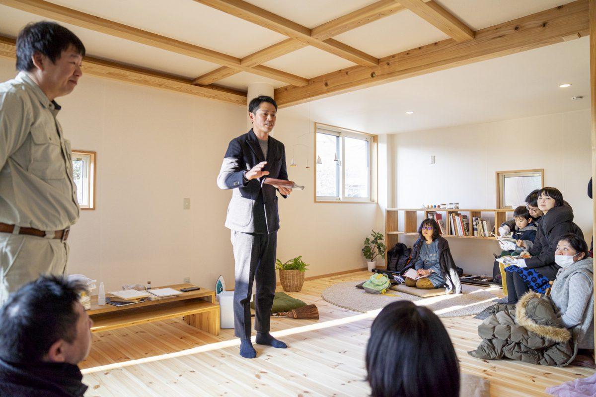 2020年1月にソーラータウン八国山で開催した素材選び教室の様子。中央が講師をつとめてくださるWonderwallの井筒さん