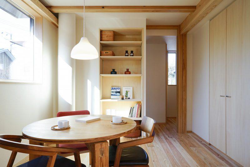 玄関方向を眺める。壁面に本棚や収納を造作。