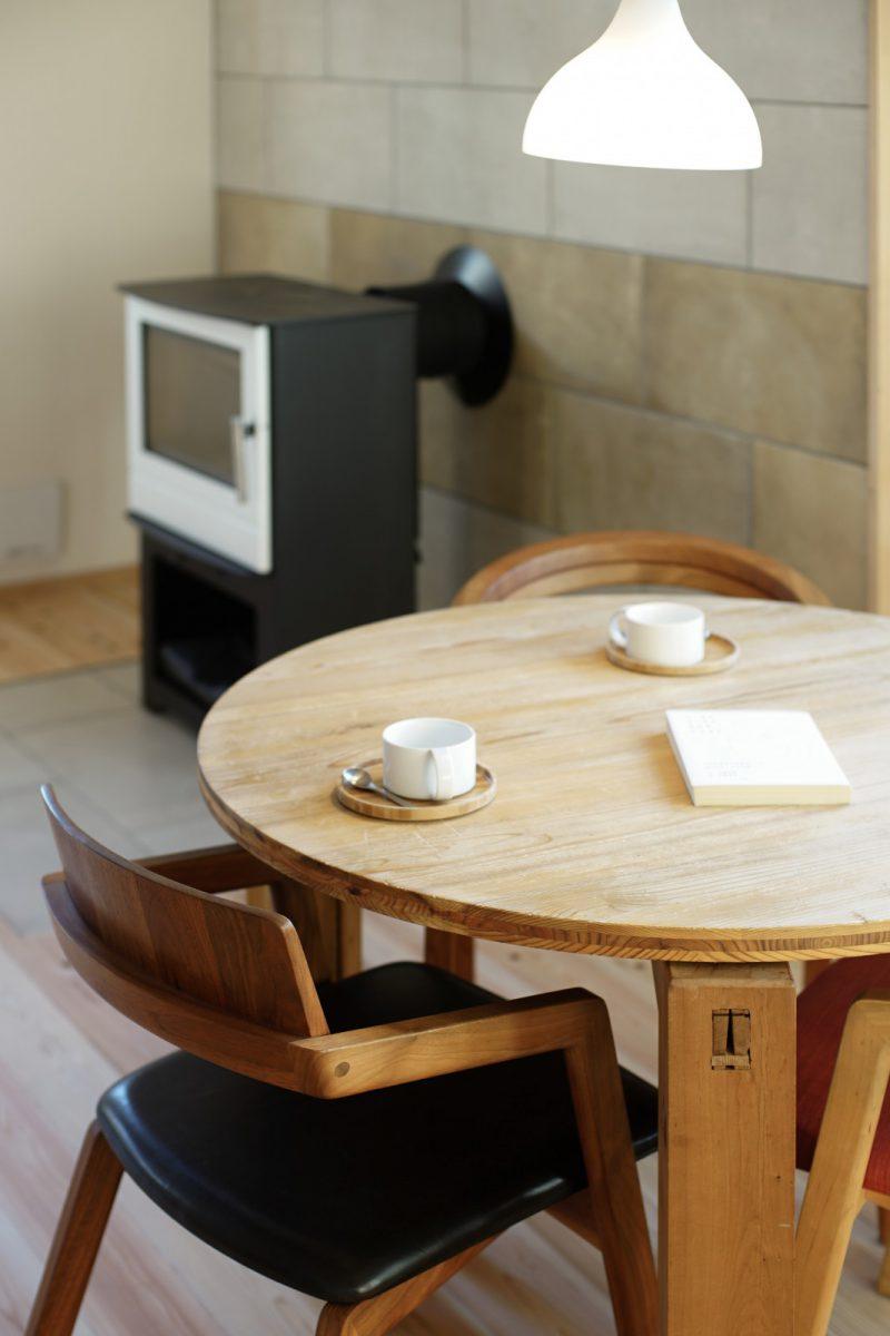 お披露目に向けて「大工の手」テーブルや宮崎椅子製作所の椅子をしつらえ。ともに家具デザイナーの小泉誠さんのデザインです。