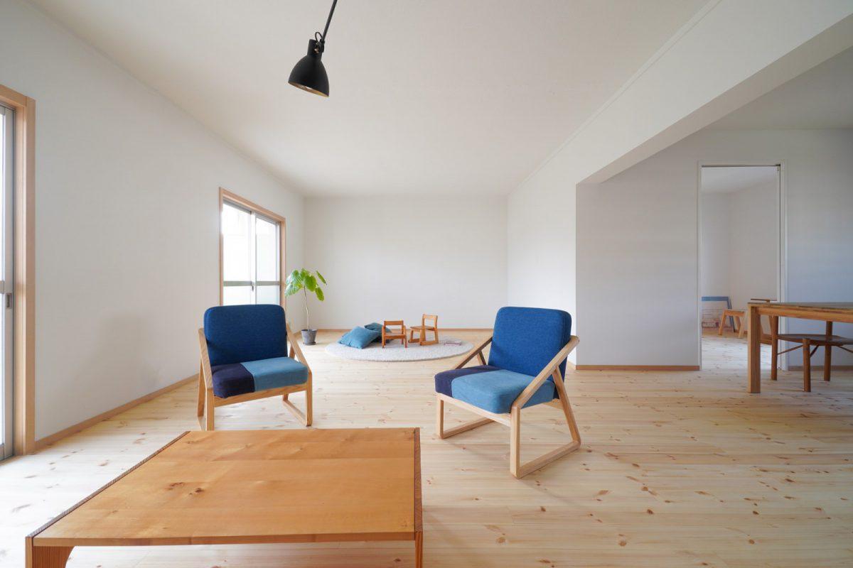床は無垢のパイン材、壁は塗装仕上げ、天井はコンクリート。(開口部は既存の団地のサッシ・カーテンやブラインドはご入居後にオーナー様が設置予定)