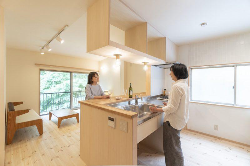 造作のキッチン。調理スペースやパントリーも広めに計画
