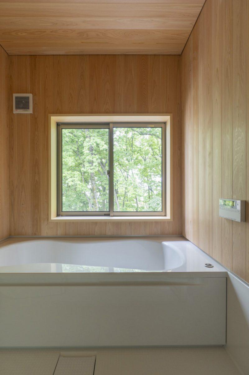 浴室から緑の景色を楽しめる、さながら別荘のようなロケーション