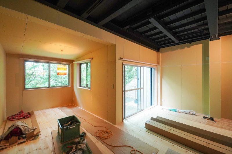 DIY工事が進み、床材がはられている様子