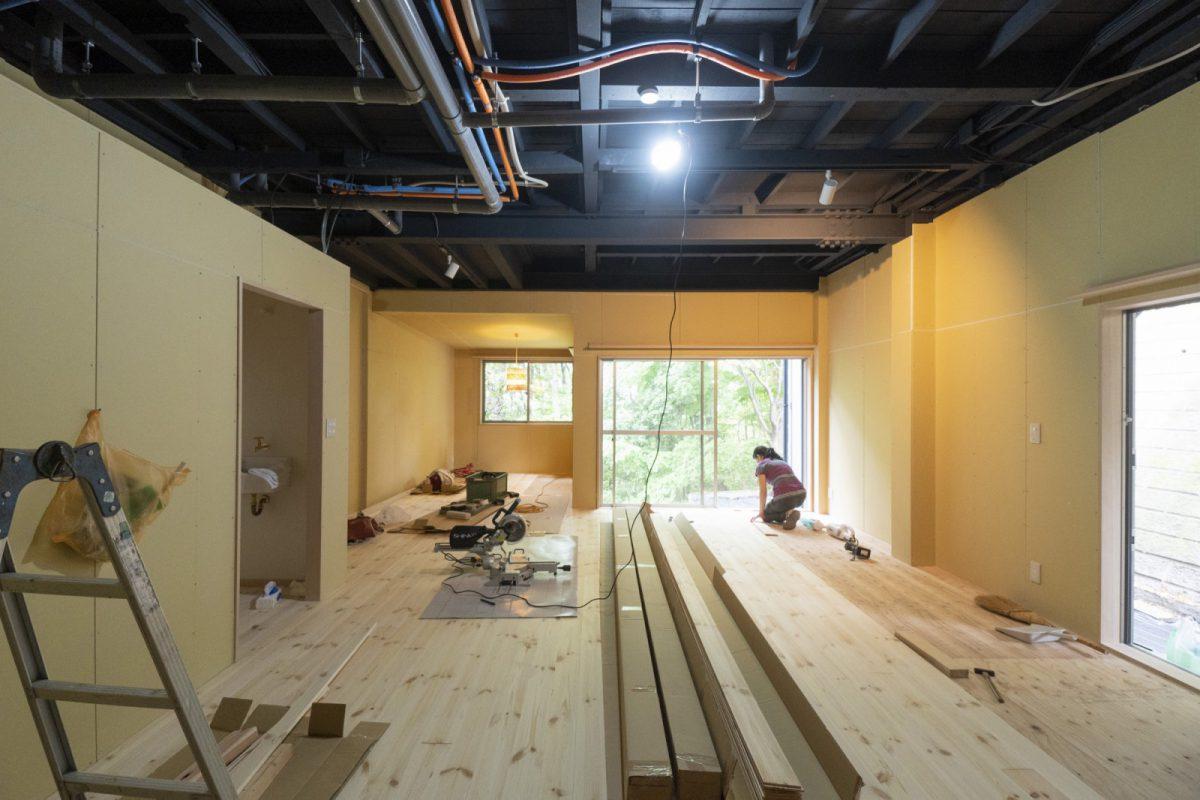 1階のアトリエスペース。床はりと壁の仕上げはオーナーが知人とDIYで工事を進めている。