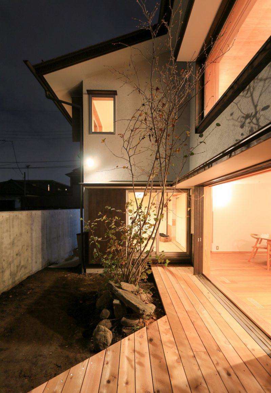 開口部の外に設けられたデッキから庭の景色が楽しめる計画。