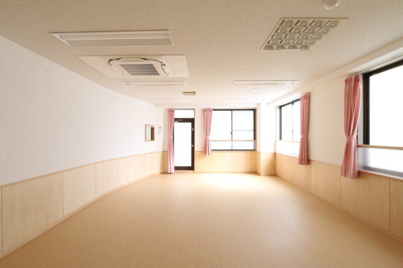 室内の大きな窓から明るい光が入ってきます