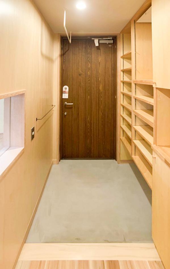 玄関床はモルタル仕上げ。 キッチンとの間に小窓を設けて、気配が感じられるようにしています。