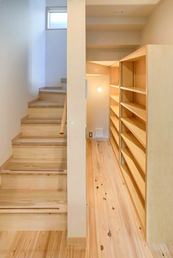 階段下のスペースをパントリーとして利用しています。 750㎜幅ぐらいのスペースですが、かなり収納できそうです。
