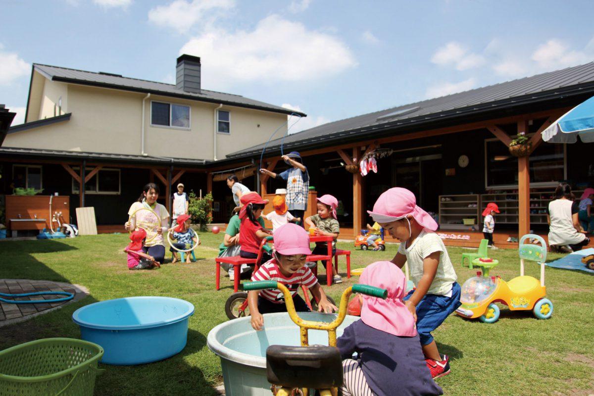 まつぼっくり保育園の園庭で元気いっぱいに遊ぶ子ども達