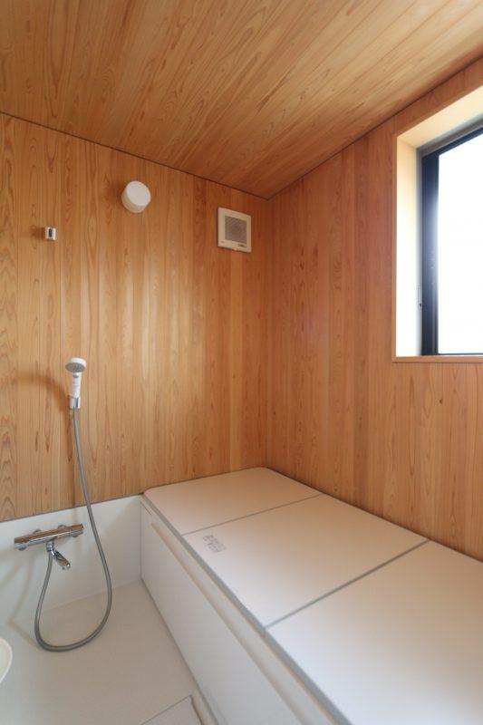 サワラ板張りの浴室