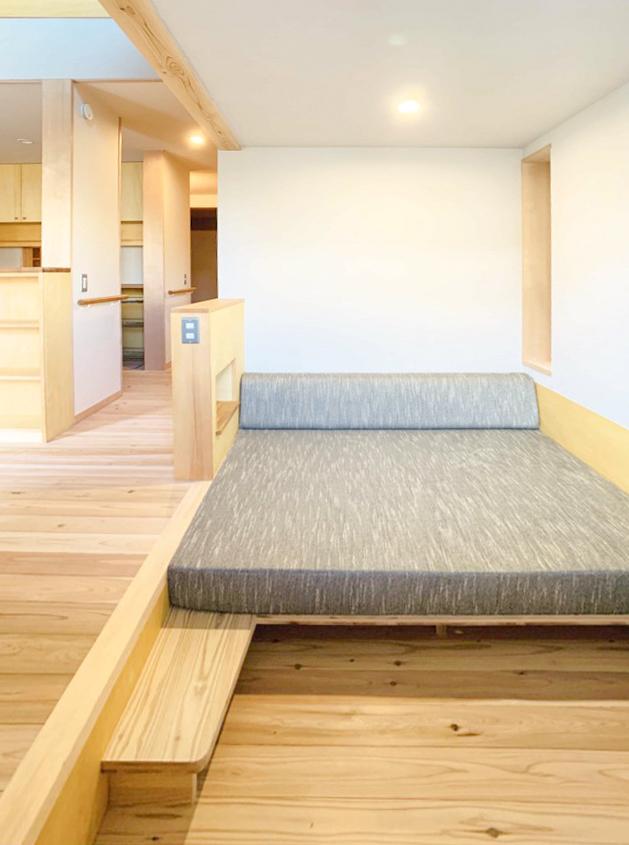 足が延ばせてゆっくりとくつろげる「ほぼ正方形ソファ」を設置。カヅノキハウスのソファを含めると、6台目になります。