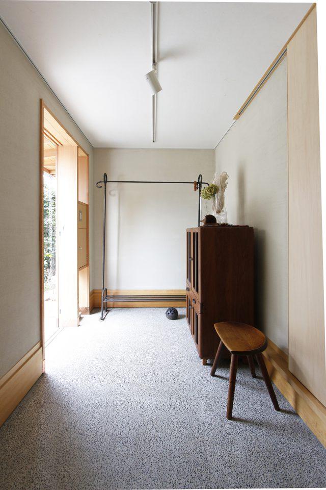 広い玄関スペースでは自転車の手入れなどもしやすい。靴箱は置かず、シュークローゼットを室内に設けた