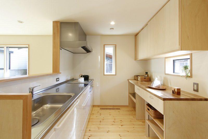キッチンは琺瑯のシステムキッチンと造作のカウンター・収納という組み合わせ。