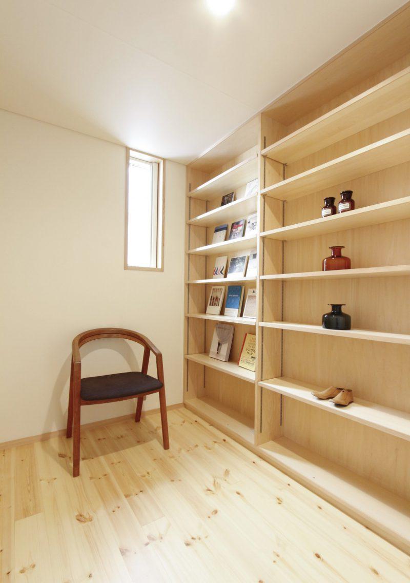 主寝室となりの書庫・収納スペース。