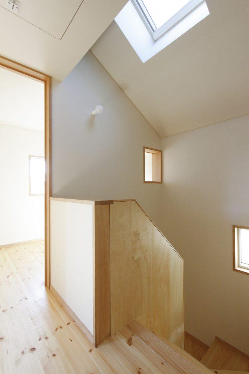 二階。階段上に北向きの天窓を設けて明るさを確保している。