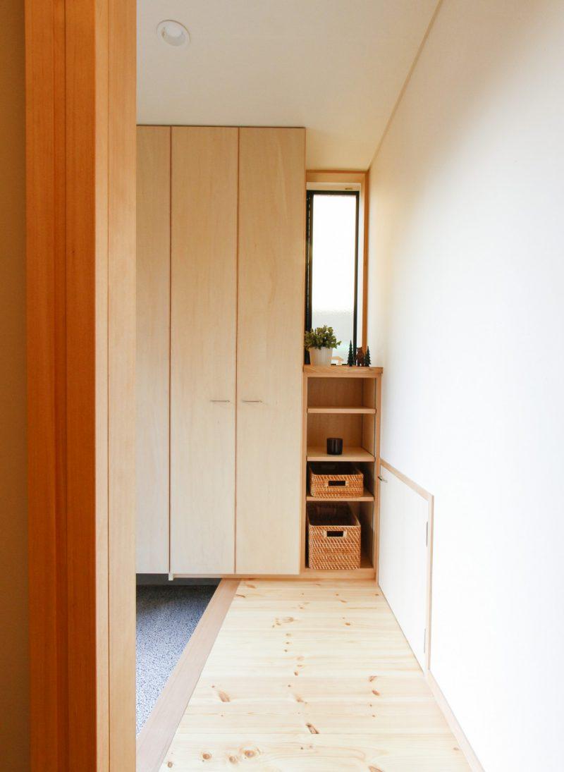 玄関。コンパクトなスペースとしながら上着をしまう際の収納の工夫も。