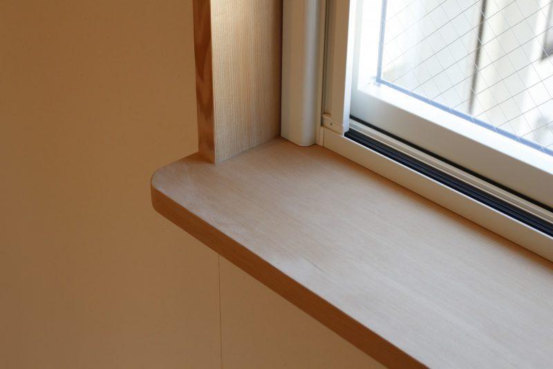 猫がちょこんと座れるように窓枠の下を少し長めにしています。