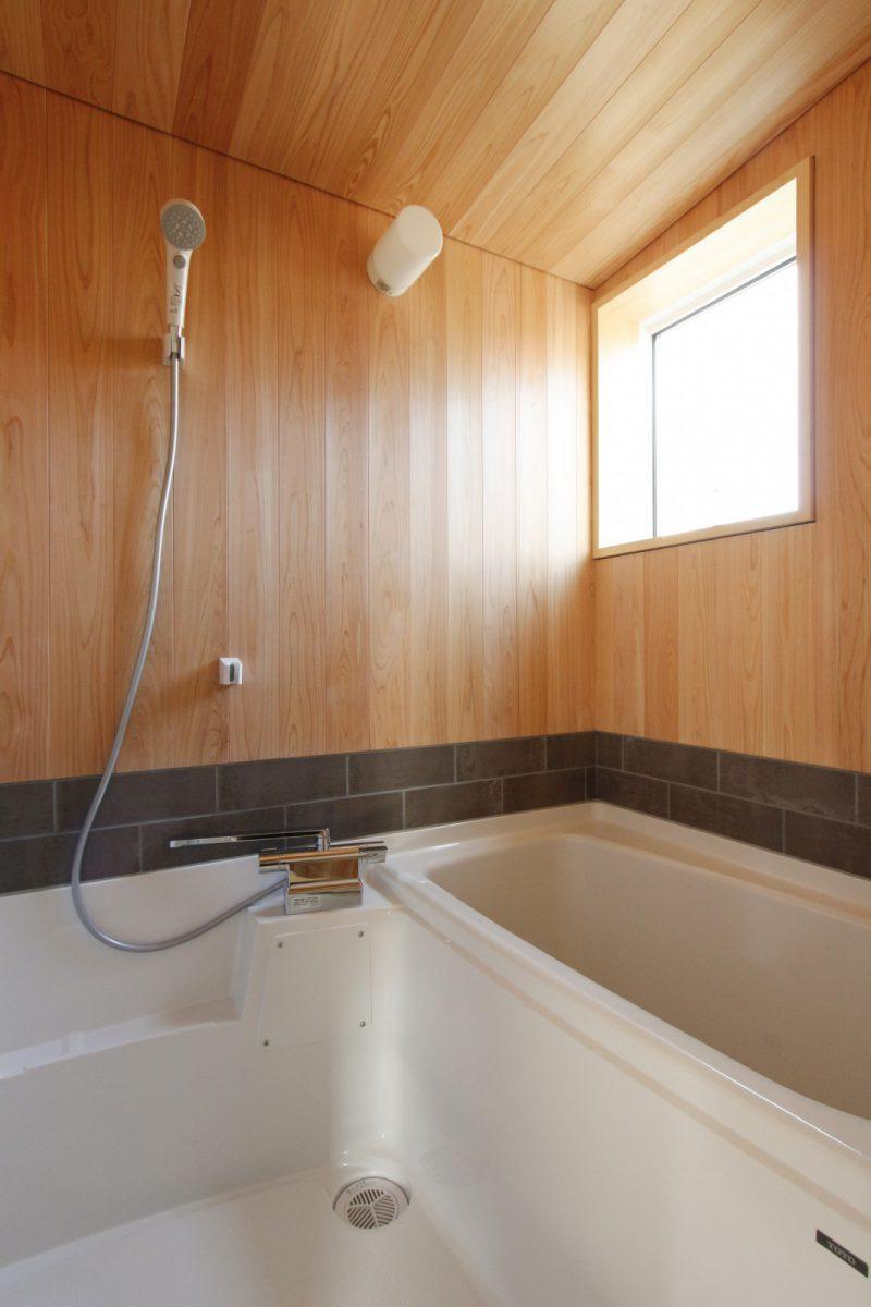 浴室にもタイルを用いています。2階の居室からアクセスしやすいレイアウト。