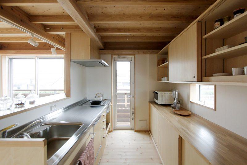 キッチンは大工さんと建具屋さんの手で造作しています。