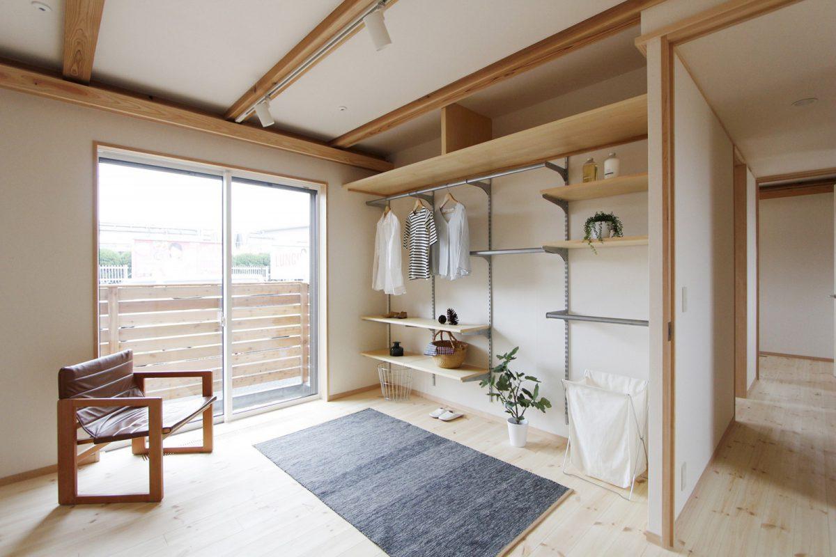 一階寝室には使い勝手の良い壁面収納を設けています。