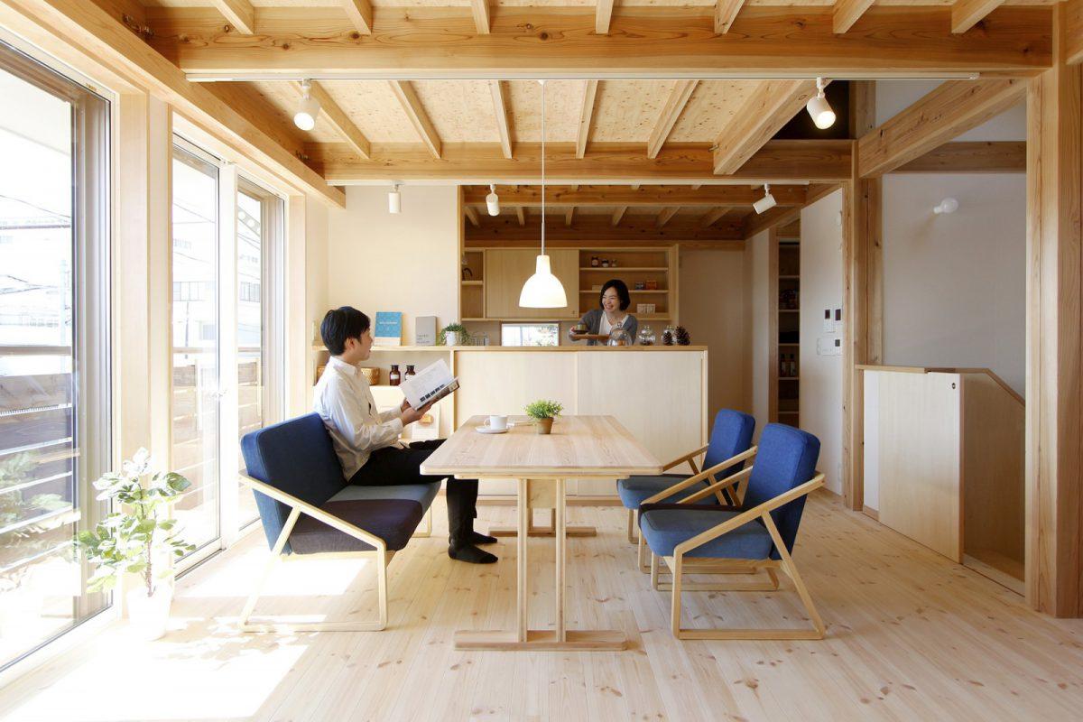太陽の光をたっぷり採りこむ二階リビング。構造に東京の木(多摩産材)を、床は北欧のパイン材を用いています。