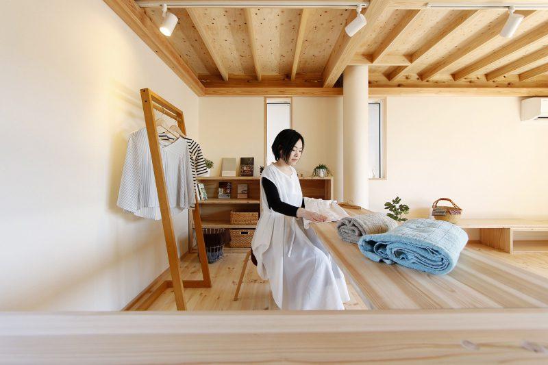 組み合わせて使うテーブル(大工の手・デザインは小泉誠さん)の置き方をアレンジして多様な使い方ができる場所になっています。