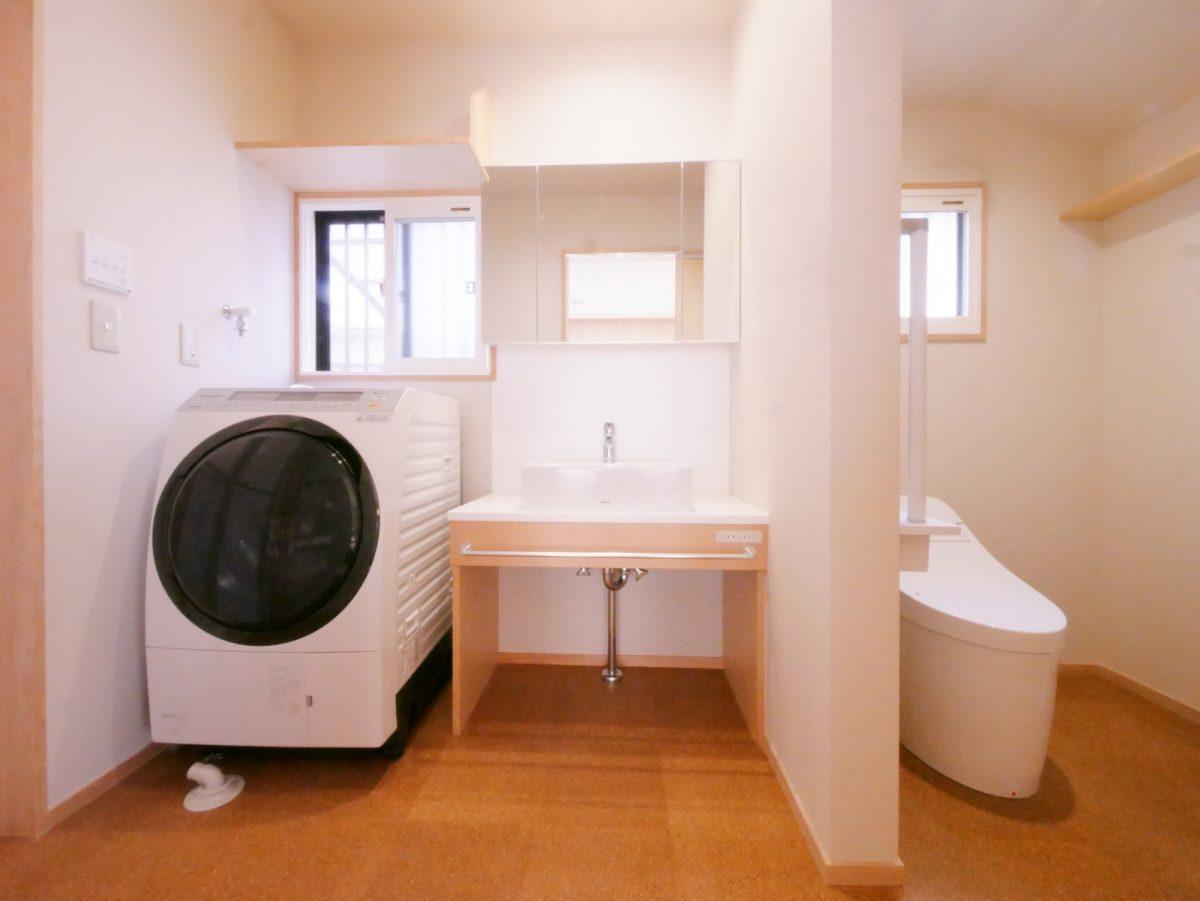 コルクタイルを敷き、造作の洗面所につくり変えました。もともとあった段差をなくし、扉を無くした新しいトイレに。