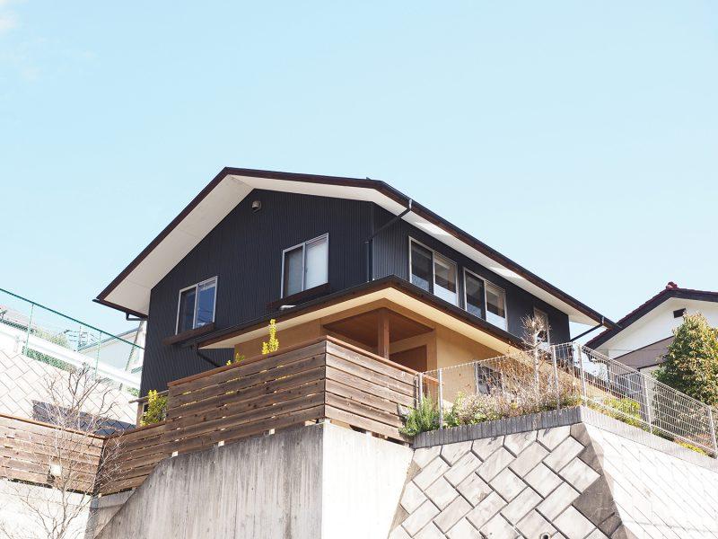 見晴らしの良い擁壁の上に建つ