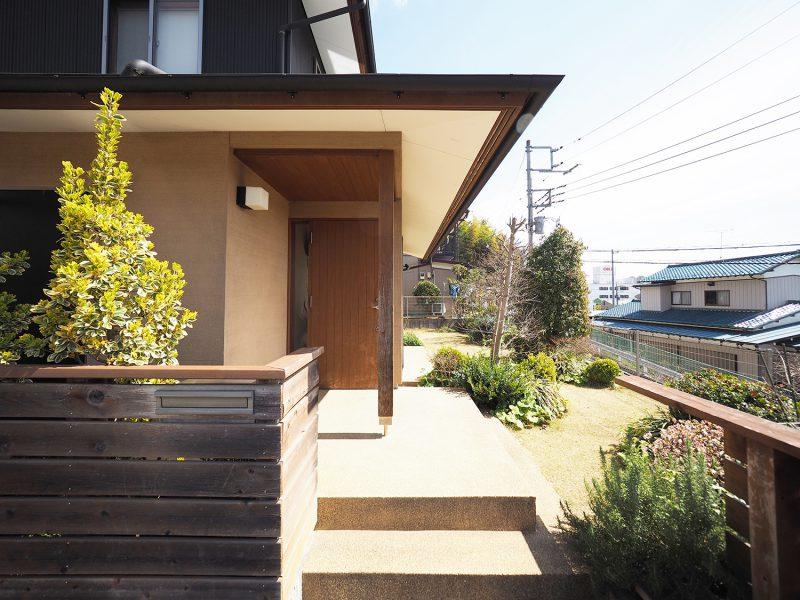 玄関アプローチ。出入りするたびに豊かな庭と綺麗な景色が望めて気持ちがいいです。