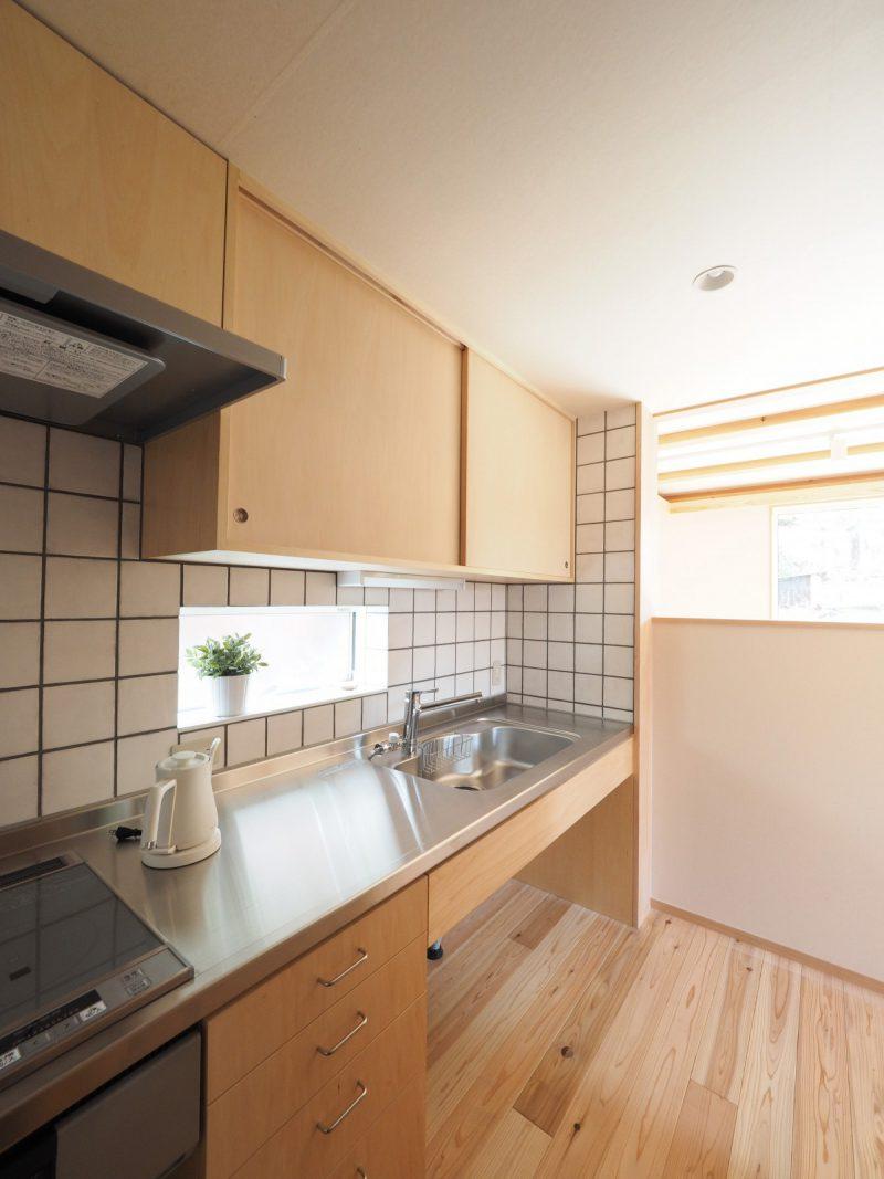 キッチン壁面もタイル仕上げ