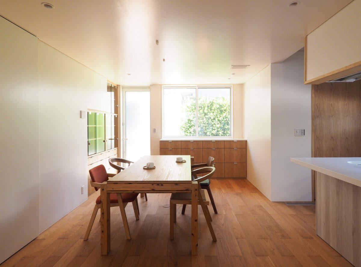ダイニング。屋外の光が半艶仕上げの壁面に反射しながら美しくまわりこむ。