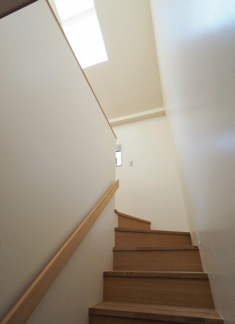 階段にも天窓からの光が差し込む