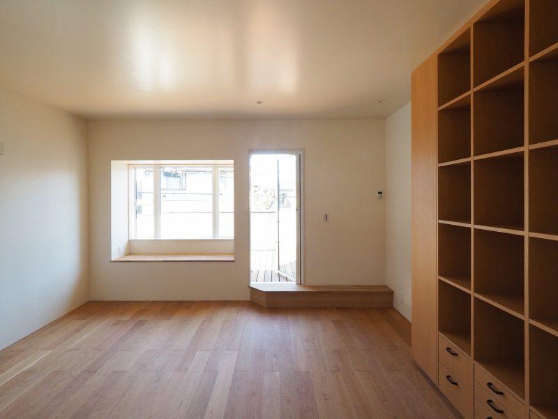 二階居室からテラスを眺める