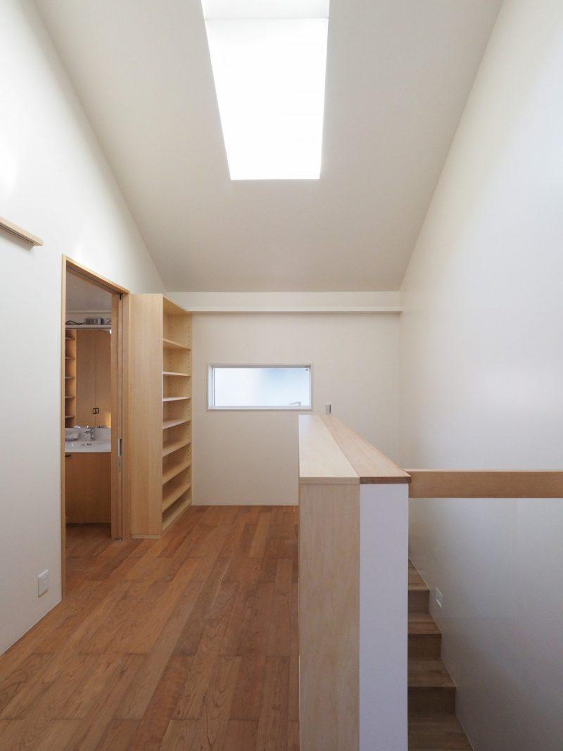 二階廊下スペースには書庫を設けている